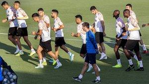Albert Celades observa a sus jugadores en un reciente entrenamiento del Valencia
