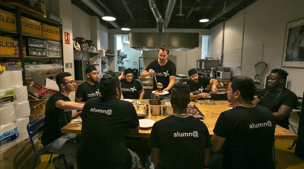 Alumnos de la escuela de cocina de Mescladísen el nuevo local.