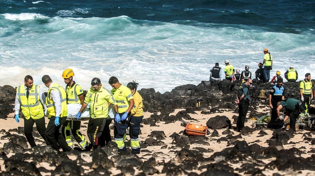 Rescate de uno de los cadáveres llegados hasta la costa de Lanzarote.