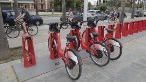 Usuarios de bicicletas en el paseo marítimo de la Barceloneta, esta mañana.