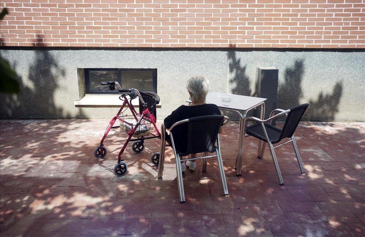 Una residente en un centro de mayores del sur de Madrid,esta mañana.