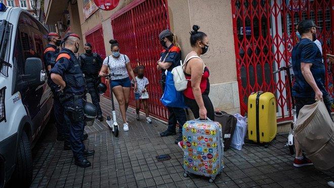 Un momento del desalojo de la finca, donde los ladrones violentos habían realquilado algunos pisos a familias con menores.