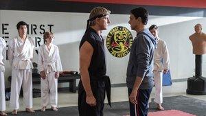 Billy Zabka y Ralph Macchio, cara a cara casi cuatro décadas después de 'Karate kid', esta vez en el 'dojo' Cobra Kai.