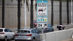 Señal de la zona de bajas de emisiones (ZBE) de Barcelona en una salida de la ronda.