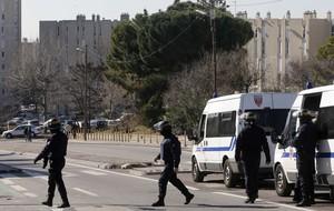 Agents de policia acordonen laccés al barri de La Castellane, aquest dilluns a Marsella.