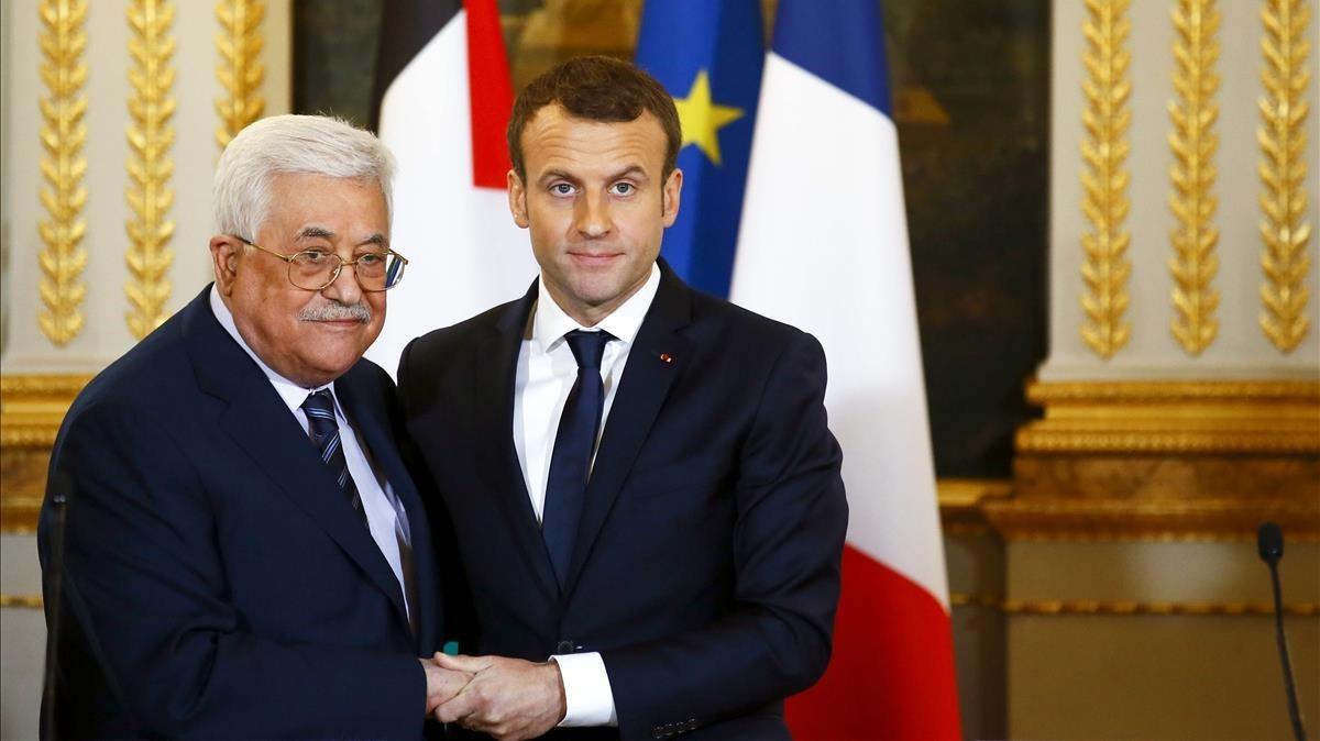 Macron (derecha) y Abbás, al final de su rueda de prensa conjunta en el Elíseo, en París, el 22 de diciembre.