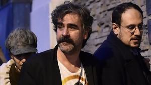 Deniz Yücel (centro) sale de su casa, tras ser liberado, en Estambul, el 16 de febrero.