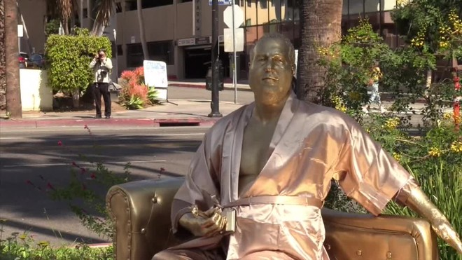 Una estatua dorada de Harvey Weinstein sobre un sofá en Hollywood