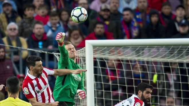 Ter Stegen despeja un balón con el puño ante Aduriz en el duelo con el Athletic en el Camp Nou.