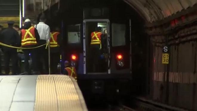 Un home mor després de quedar-se enganxat a les portes del metro de Nova York