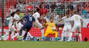 Los jugadores del Madrid intentan defender un ataque del Tottenham.