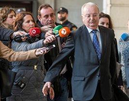 El exconsejero de Empleo, Antonio Fernández, a su llegada a la Audiencia de Sevilla.