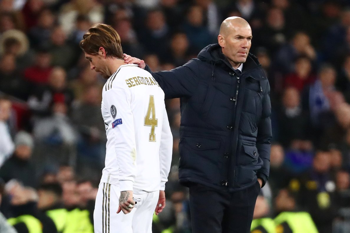El entrenador del Madrid Zinedine Zidane (d) consuela a Ramos tras la expulsión del central ante el Manchester City.