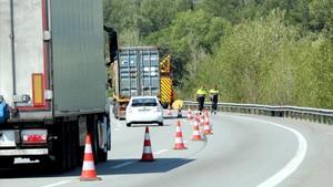 Tres morts al xocar un turisme i un camió a l'AP-7