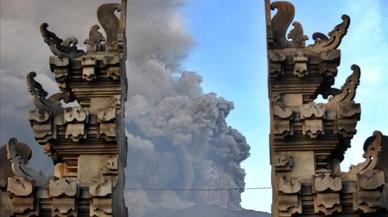 abertran41088456 topshot mount agung s eruption is seen between balinese te171127130632