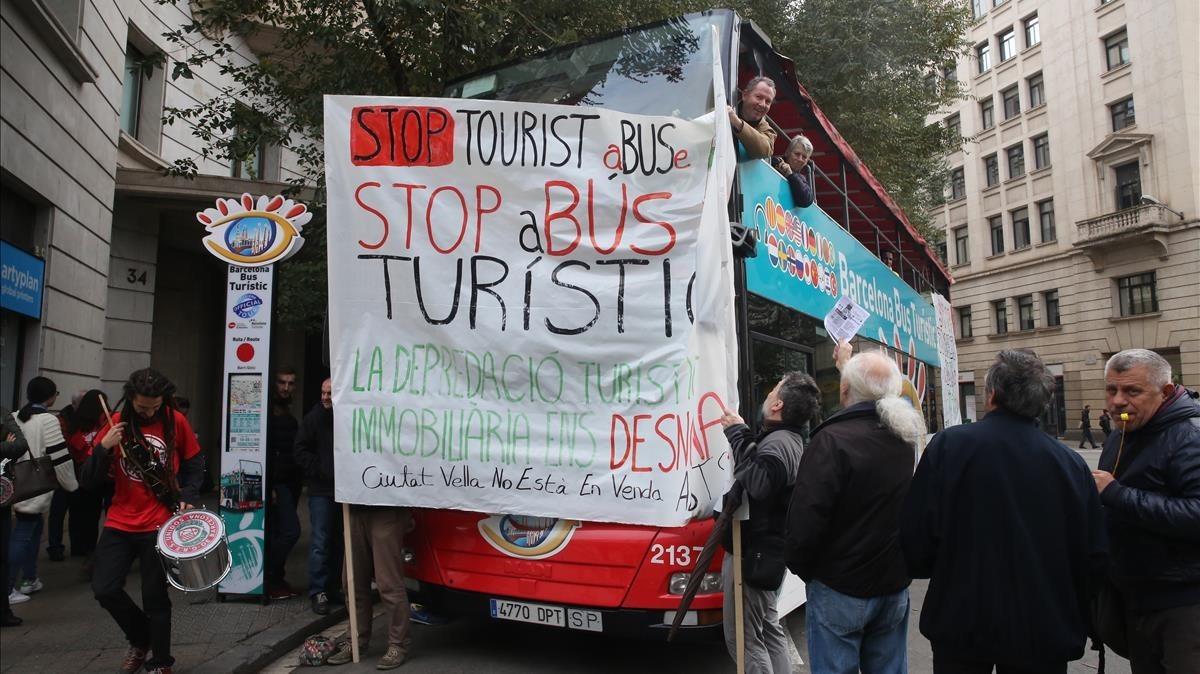Acción de Arran contra el Bus Turístic, en julio del 2017.