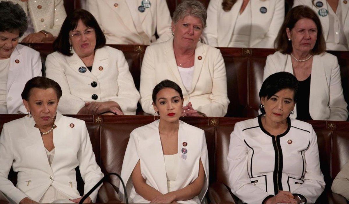 Alexandra Ocasio-Cortez (abajo, en el centro) escucha la intervención de Donald Trump en el discurso de la Unión, en el Capitolio,totalmente ataviada de blanco, como sus compañeras congresistas.