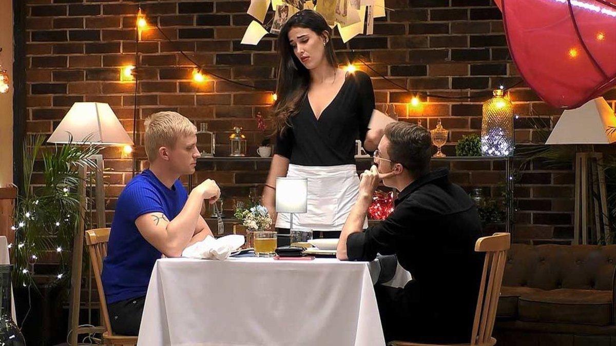 Alexis y Héctor con Lidia Torrent en 'First Dates'.