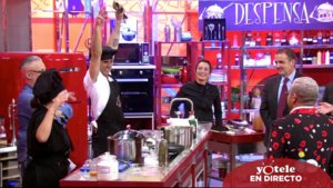 Alonso y Anabel con las manos levantadas al terminar de cocinar en 'La última cena'.