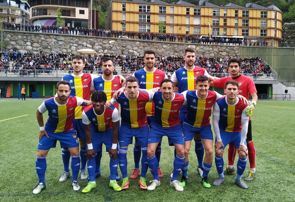 Los jugadores del Andorra forman antes del partido ante el Viladecans.