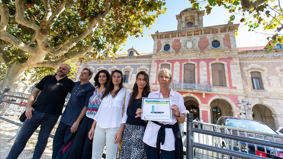 Aida Gascón, directora de Anima Naturalis (latercera por la derecha), junto a otros representantes deentidades animalistas, frente al Parlament.