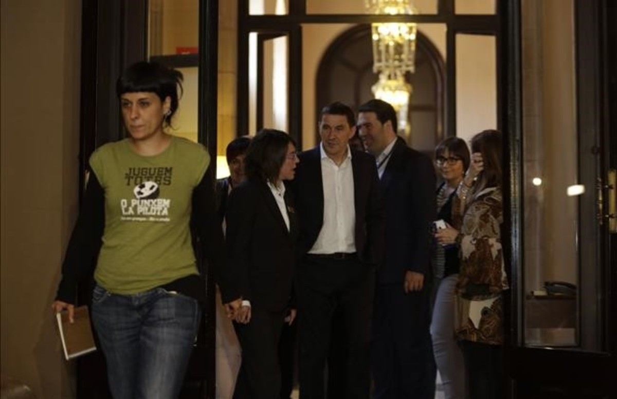 Anna Gabriel y Arnaldo Otegi, en el Parlament.