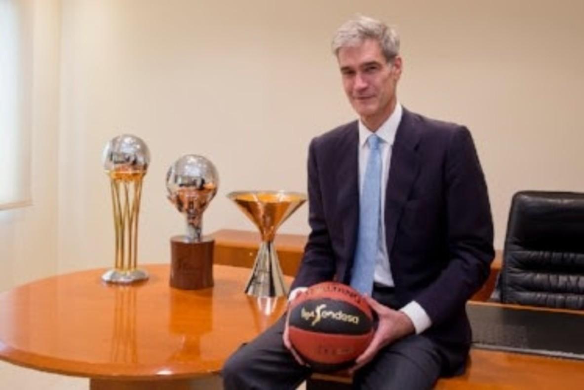 Antonio Martín posa en la sede de la ACB tras su elección