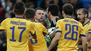 El árbitro Michael Oliver, acosado por los jugadores de la Juve.