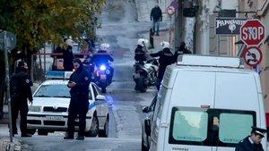 Dos personas resultaron heridas al estallar esta mañana un artefacto explosivo de fabricacion casera frente a una iglesia en el centro de Atenassin que por ahora haya indicios sobre los autores.