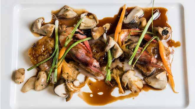 Antonio Simões, chef de La Taverna del Clínic,explica cómo prepara los pies de cerdo con crema de castañas, setas y gambas a la naranja.