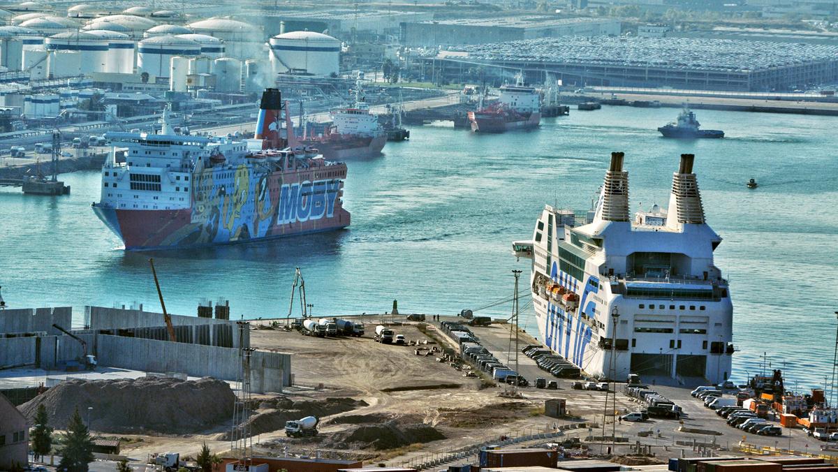 El barco Piolínabandona Barcelona.