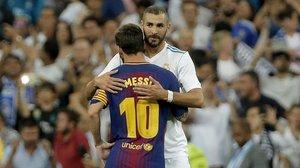Benzema y Messi se felicitan tras el Madrid-Barça del Bernabéu de la Supercopa del 2017.