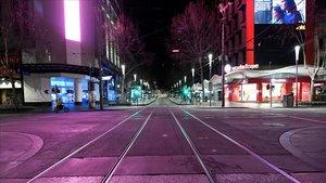 Calle de Melbourne vacía en la primera noche de toque de queda.