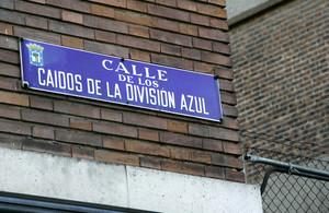 Placa de la calle de los Caídos de la División Azul, en Madrid.