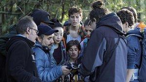 Koldo Serra, director de 'Caminantes' (Orange TV), en el rodaje en el parque natural de Gorbeia (Vizcaya).