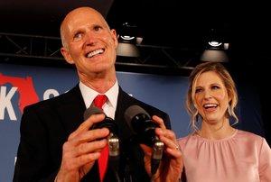 El candidato republicano al Senado, Rick Scott, acompañado de su hija en las elecciones intermedias de Estados Unidos