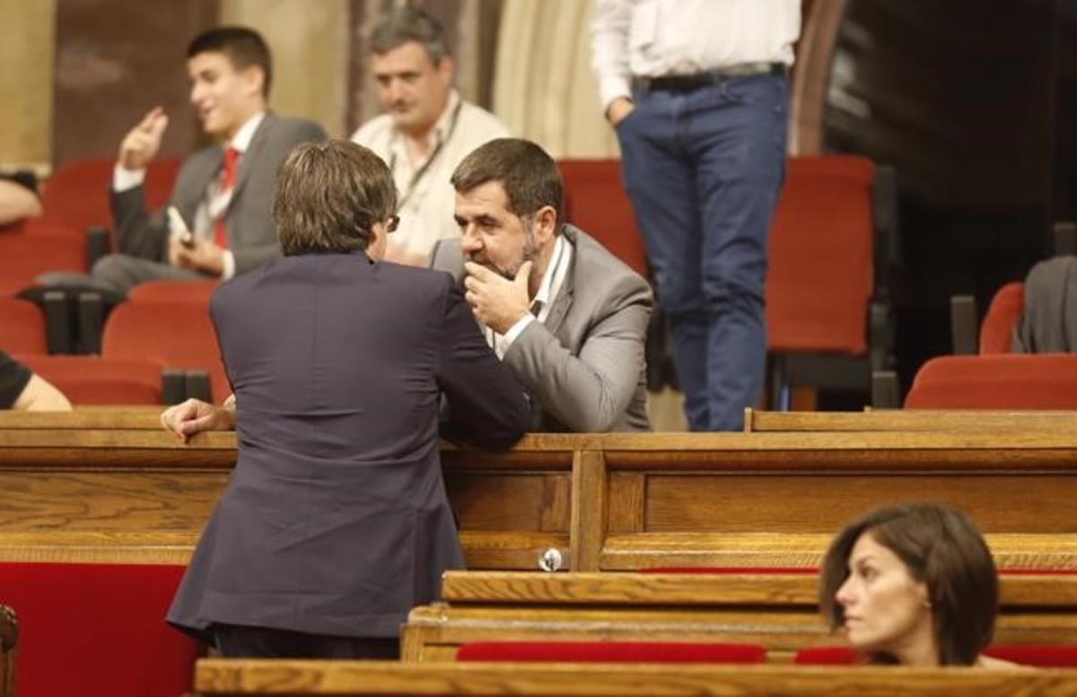 El president Carles Puigdemont junto a Jordi Sànchez (ANC).