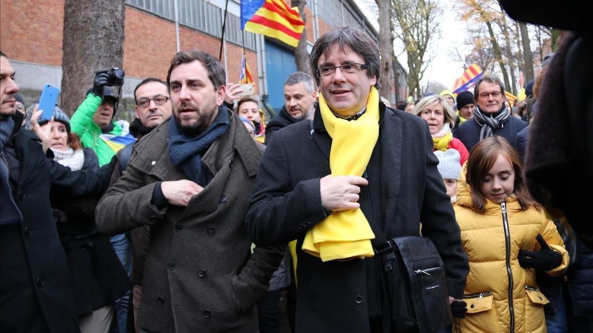 Carles Puigdemont y Toni Comín, en la manifestación convocada por la ANC y Òmnium en Bruselas.