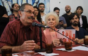 Carlos Solsona y la presidenta de las Abuelas de Plaza de Mayo, Estela de Carlotto, en la rueda de prensa que han anunciado el hallazgo.