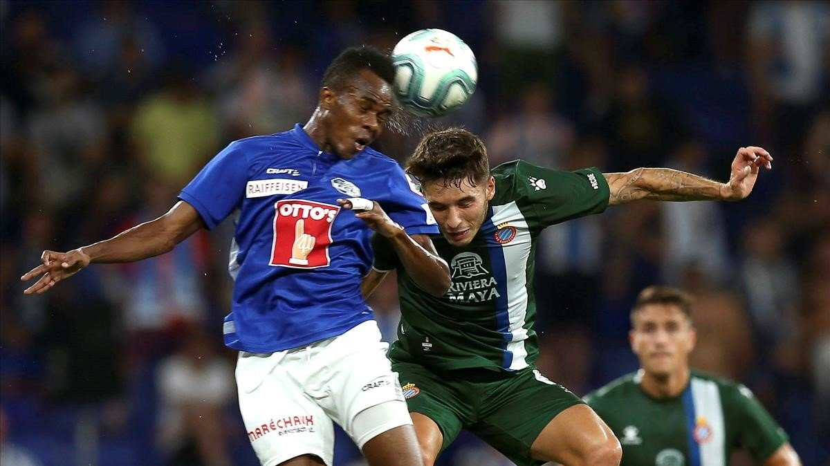 El centrocampista alemán del Lucerna Tsiy-William Ndenge (izquierda) salta por el balon con Victor Campuzano, este jueves.