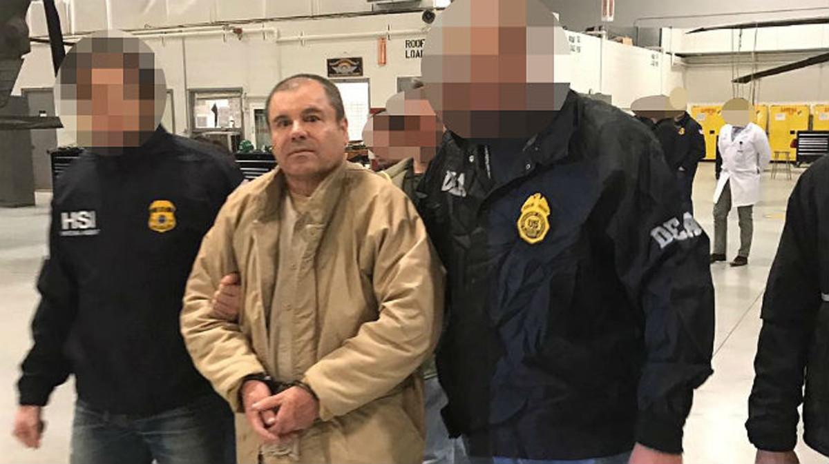 El Chapo Guzman, escoltado por agentes federales, a última hora del jueves.