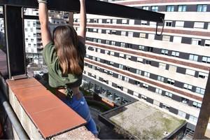 Una chica se juega una caída desde un octavo piso de Barcelona por una foto