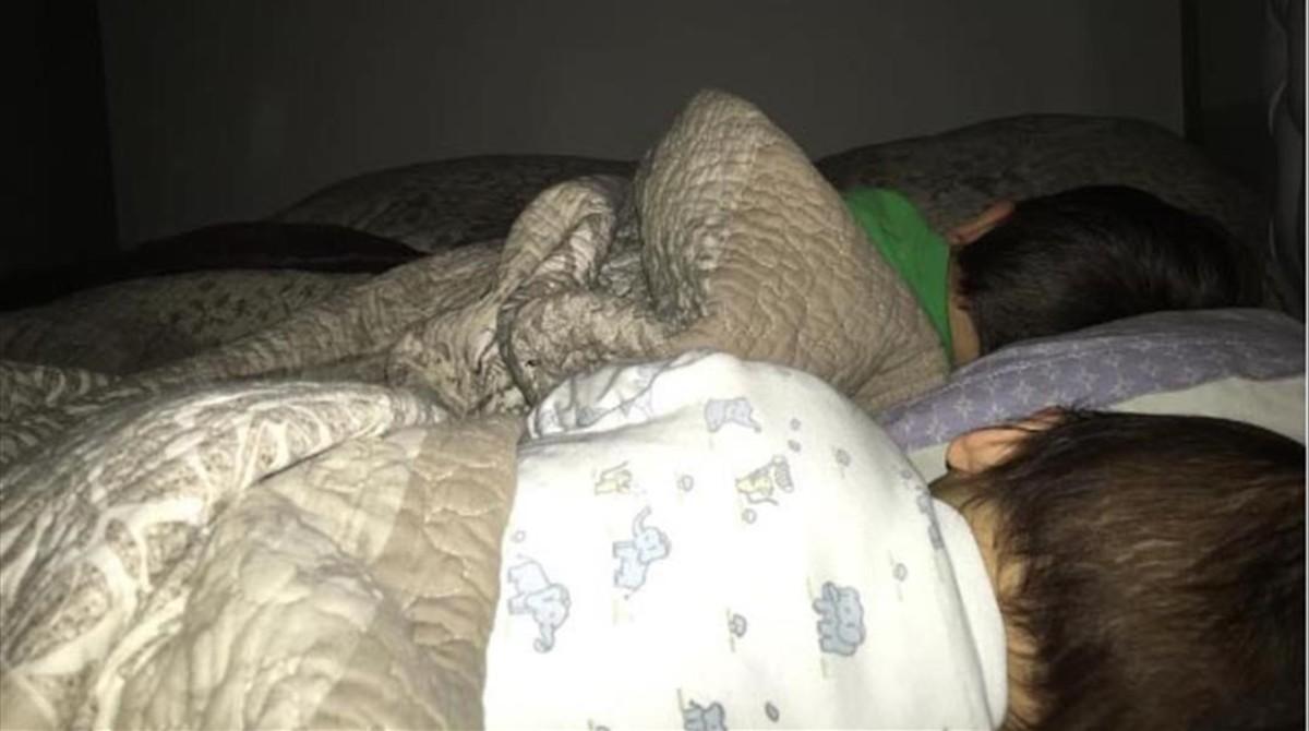 Antonella Rocuzzo felicita al astro con una foto de sus hijos durmiendo plácidamente.