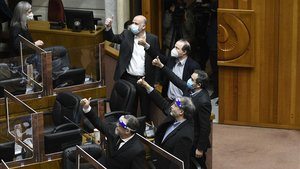 Senadores chilenos muestran su satisfacción tras haber superado la votación sobre los fondos privados de pensiones, un legado de la dictadura de Pinochet.