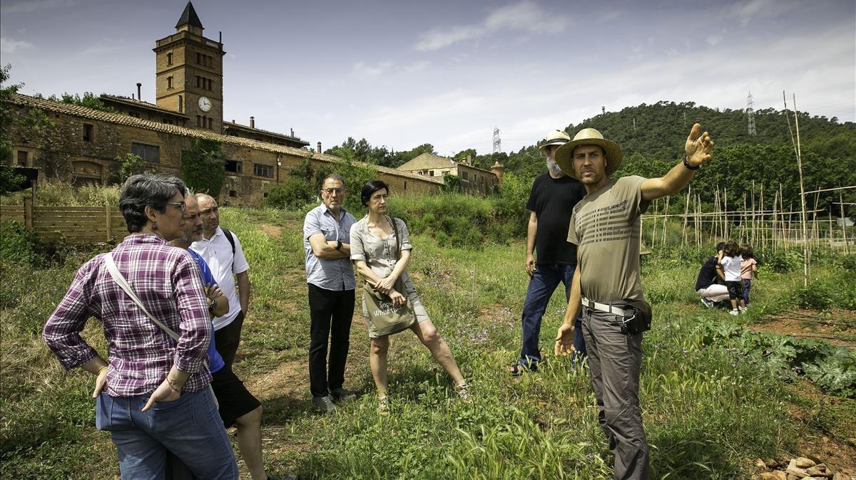 Uno de los agricultores de LOrtiga, a punto de empezar una de las visitas guiadas a la masia de Can Monmany.