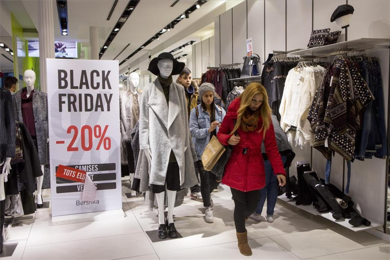 Un comercio participa en el black friday del 2015.