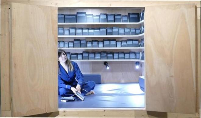 Alicia Framis invita a los visitantes de Blueproject Foundation a entrar en la habitación, relajarse e interactuar.