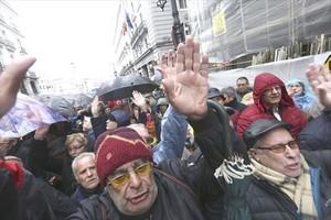 Concentración de pensionistas frente al Ministerio de Hacienda, en Madrid, el jueves pasado.