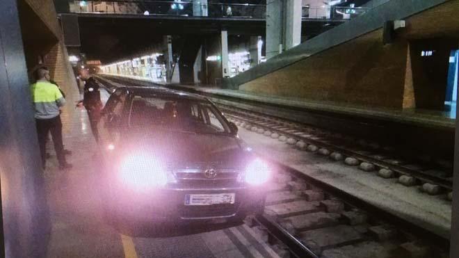 El coche circuló 800 metros por las vías hasta acabar atascado en un andén en la estación del AVE Sevilla-Santa Justa.