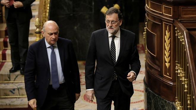 El Congreso pone en marcha la investigación al PP por la operación 'Kitchen'. En la foto,Mariano Rajoy y Jorge Fernández Díaz, cuando eran presidente del Gobierno y ministro del Interior, el 20 de octubre de 2016 en el pleno del Congreso de los Diputados.